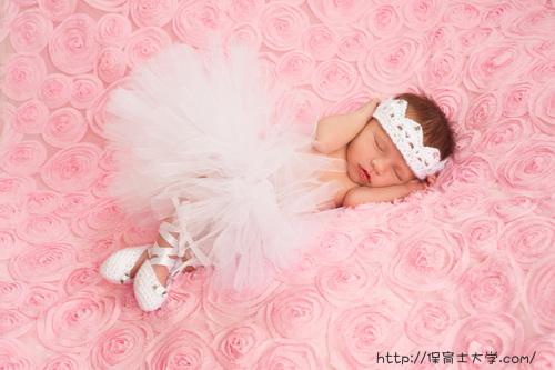 バレリーナの衣装を着て眠る保育園児