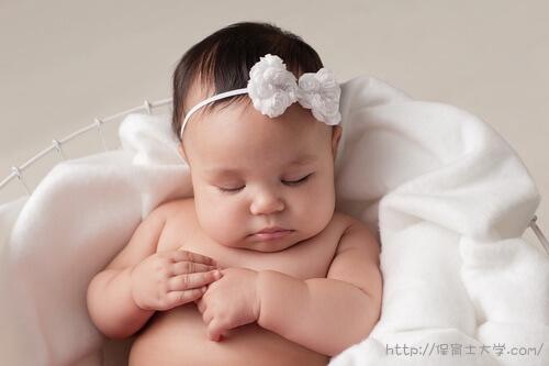 リボンがキュートな赤ちゃん。福岡、保育士資格を取得できる大学・短大・専門学校