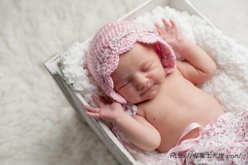 万歳しながら眠る赤ちゃん