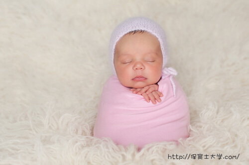 ピンクのおくるみがお気に入りの赤ちゃん