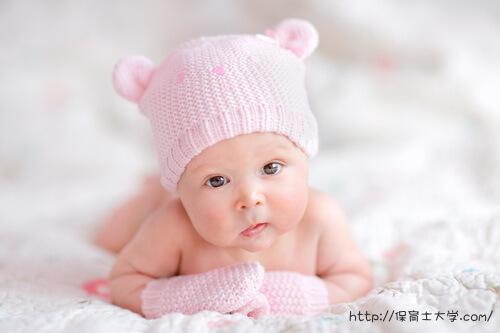 ピンクの帽子がキュートな赤ちゃん、北海道在住