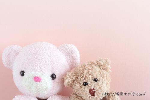 ピンクのクマと茶色のテディベア