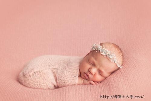 岩手県盛岡市の保育園でお昼寝している新生児