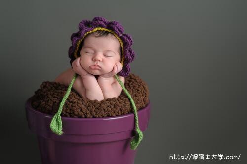 お花のコスプレする赤ちゃん
