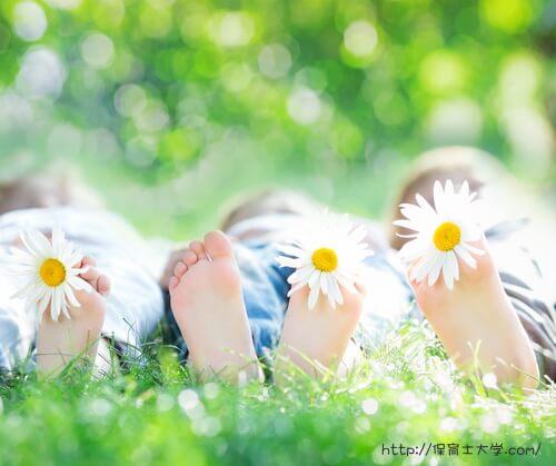 子供の足の裏とお花