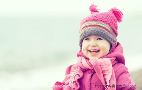 お気に入りのピンクの服を着ている女の子